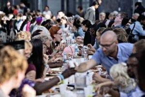 Eleverne i faget Gør en forskel er med til at arrangere fællesspisning