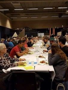 Eleverne fra Gør en forskel på Grundtvigs Højskole arrangerer fællesspisning