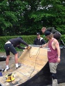 Eleverne fra Gør en forskel på Grundtvigs Højskole bygger skater rampe