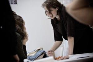 På Grundtvigs Højskole kan du få kreative fag som Tekstil & Design, Tilskæring, Tøj & Dekonstruktion, Smykkeværksted, Keramik, Maleri, Tegning og meget andet. Se hele udvalget på grundtvigs.dk. Ditte Thomassen underviser her.