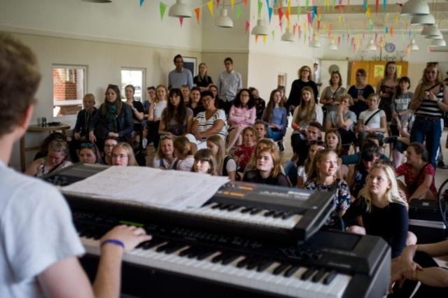 På Grundtvigs Højskole skal du ikke passe ind i nogen linjer, men kan frit sammensætte dit skema. Her billede fra Festival med musik i Spisesalen.