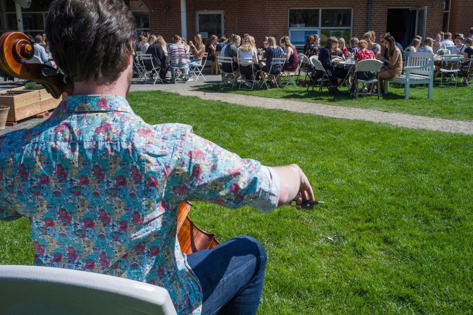 På Grundtvigs Højskole skal du ikke passe ind i nogen linjer, men kan frit sammensætte dit skema. Her billede fra Festival med musik i Parken.