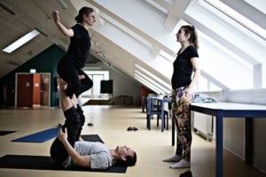 På Grundtvigs Højskole kan du få bevægelsesfag som Løb & Styrke, Boldspil, Yoga, Dans, Volley, Friluftsliv, og der er to gange om ugen tilbud om frivillig idræt