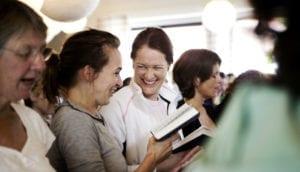 Journalist Gertrud Højlund er sangvært ved Grundtvigs Højskoles arrangement Syng, spis og snak med fællessang og fællesspisning