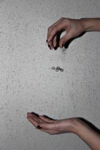På Grundtvigs Højskole kan du lave dine egne smykker i faget Smykkeværksted. Disse billeder af elevernes smykker er taget af elever fra faget Fotografi.