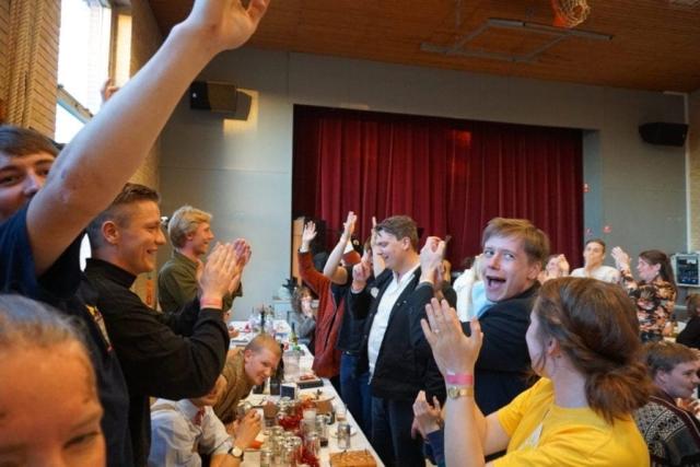 Når Grundtvigs Højskole holder gammel elev fest bliver der udsolgt på få minutter. Aftenens middag indtages ved lange borde i gymnastiksalen.