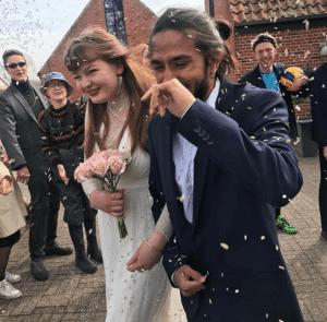 Grundtvigs Højskoles elever har næsten på hvert hold en bryllupsweekend, hvor de afholder polterabends og bryllupsfest, og alle elever har roller. Fest.
