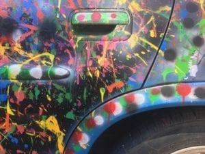 Grundtvigs elever i Maleri laver Action Painting og dekorerer højskolens lille bil