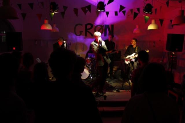 På Grundtvigs Højskole er der masser af fest og hygge. Her et billede fra Grundtvigs egen musikfestival.