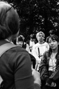 Elever på Grundtvigs Højskole viser en gruppe japanske studerende rundt på højskolen. Få selv en rundvisning ved at skrive til info@grundtvigs.dk