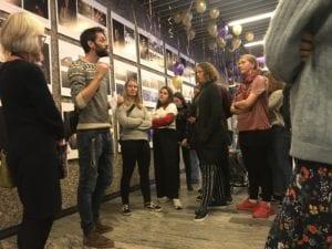 Eleverne fra Fotografi på Grundtvigs Højskole har taget fotos af langtidssyge unge. Udstillingen åbnes i forhallen af Rigshospitalet her. Fotolærer Joachim Adrian præsenterer.